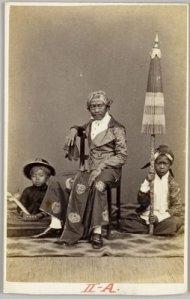 Pembawa payung dan keris bangsawan di Jawa 1867 (Koleksi: www.kitlv.nl)
