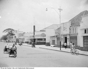 Becak menyusuri jalan di Surabaya 1950 (Koleksi: www.geheugenvannederland.nl)